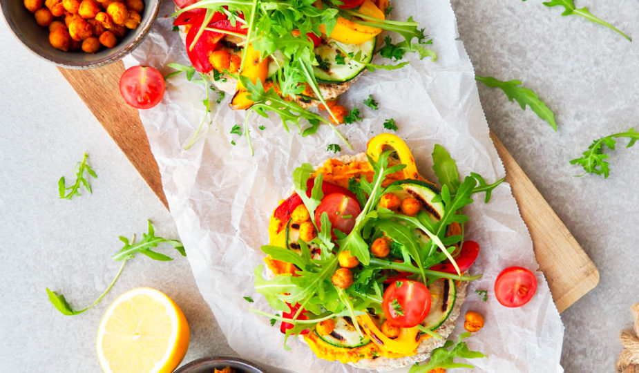 Pitabrood met pompoen-curryspread en gegrilde groenten