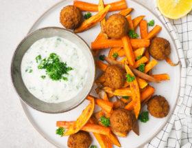Zoete aardappel frietjes met falafel