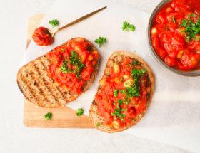 Witte bonen in tomatensaus toast