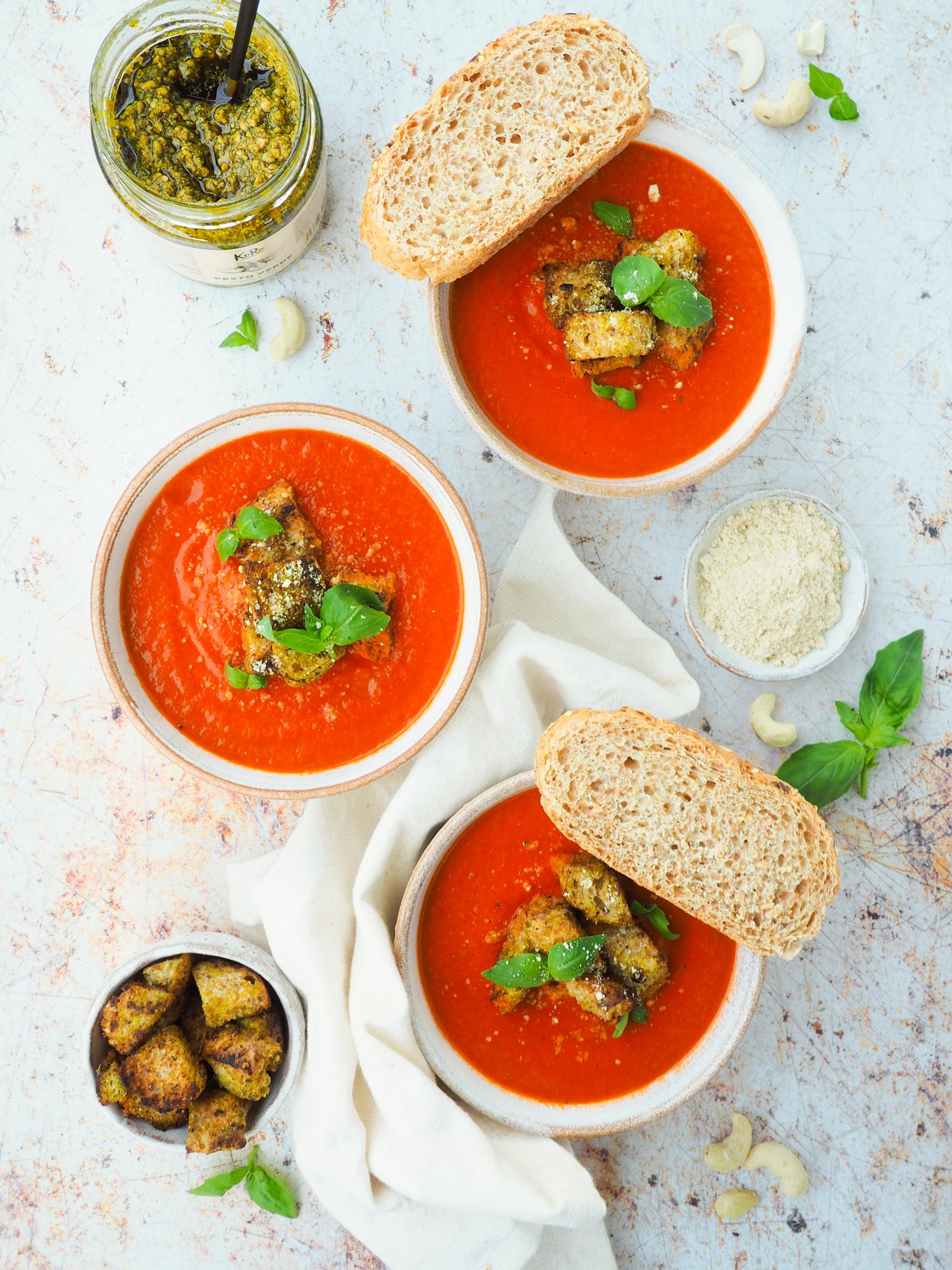 Romige tomatensoep met pesto croutons